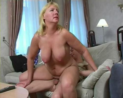 смотреть онлайн секс с тетей на диване