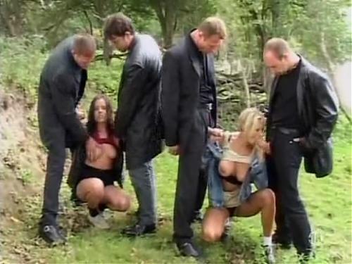 Групповушка на природе, 2 сисястые бабы и 4 мужика в черном... кончинка на личико обеим...