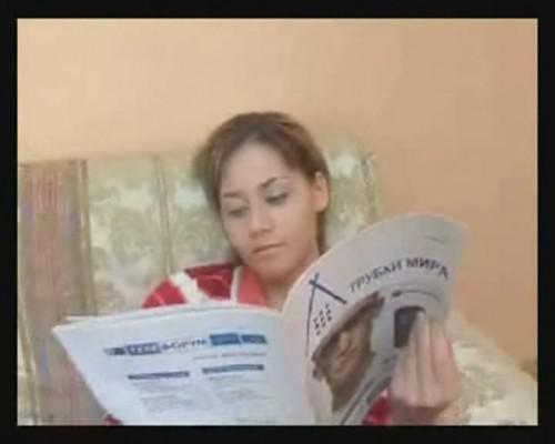 Скромно читает газету...