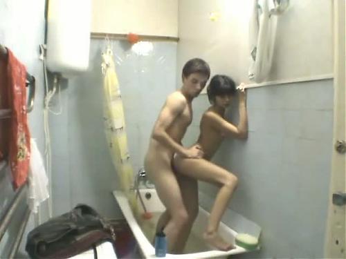 Юная парочка бодро шпилится в ванной