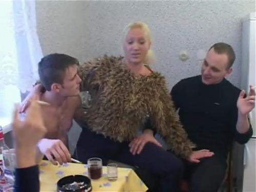 Олеся трахается на кухне по пьянке. Русские зрелые с молодыми
